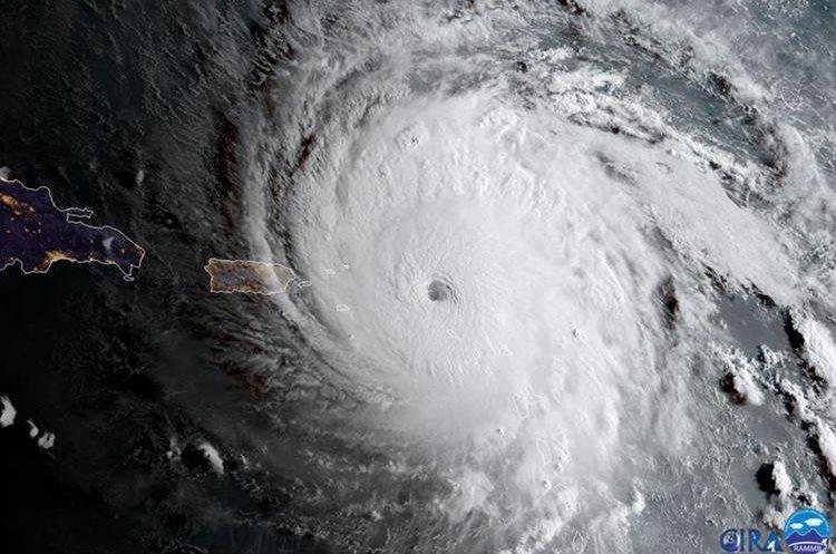 El ojo del huracán Irma pasa  sobre las Antillas Menores golpeando las islas caribeñas de St. Martin y Anguila. (AP).