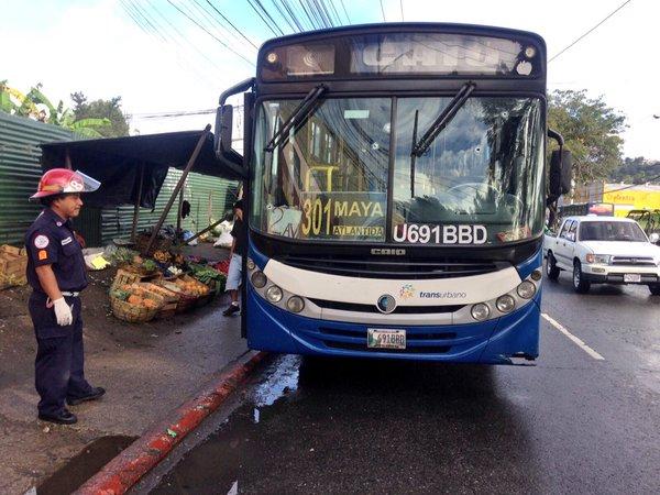 La unidad de Transurbano fue atacada a balazos en el ingreso a la colonia Atlántida, zona 18. (Foto Prensa Libre: CBM)