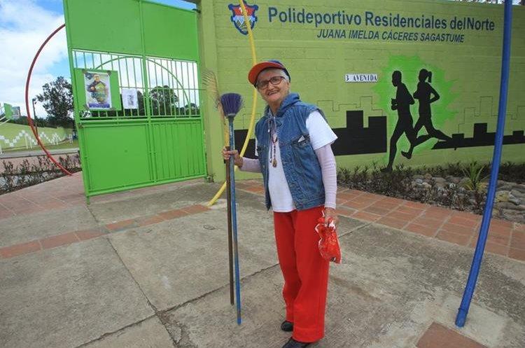 El polideportivo se nombró en reconocimiento a la labor de Juana Imelda Cáceres Sagastume. (Foto Prensa Libre: Esbin García)