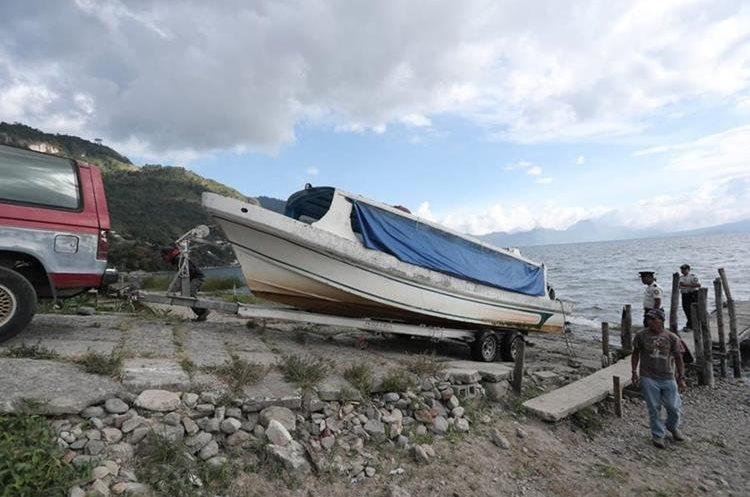 Lancha naufragada en el Lago de Atitlán, Sololá, el 14 de noviembre del 2018. (Foto Prensa Libre: Juan Diego González)