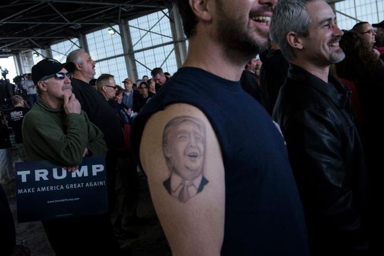 Un simpatizante de Donald Trump luce un tatuaje con el rostro del magnate en Ohio. (Foto Prensa Libre: AFP).