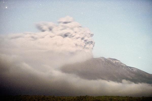 La peligrosa actividad de volcán chileno ha puesto en alerta a las autoridades. (Foto Prensa Libre: AFP)