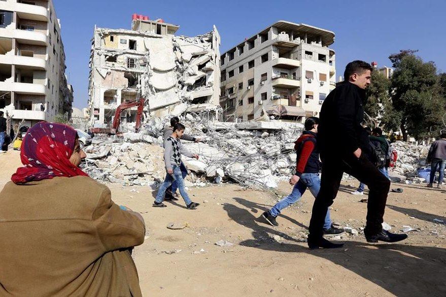 Daños dejados por bombardeo israelí contra posición de miembros del Hizbulá en Siria. (AFP)