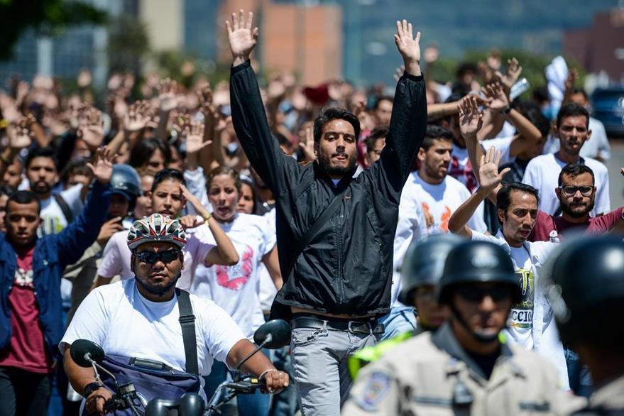 Universitarios exigen elecciones en Venezuela. Prácticamente todas las semanas hay muestras de descontento en ese país. (Foto Prensa Libre: AFP)