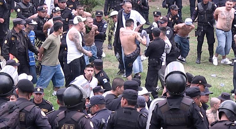 Un grupo de 13 pandilleros fueron sentenciados entre 6 y 40 años cárcel, por extorsionar a comerciantes. (Foto Prensa Libre: Hemeroteca PL)