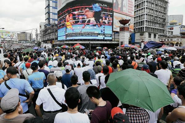 Aficionados ven la pelea entre Manny Pacquiao y Floyd Mayweather (Hemeroteca PL).