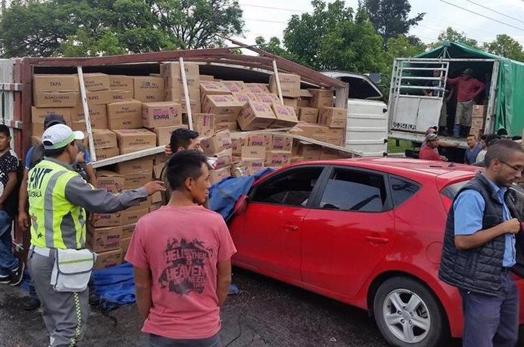 Camión volcado en la calzada Atanasio Tzul. Foto Prensa Libre: Guatevisión.