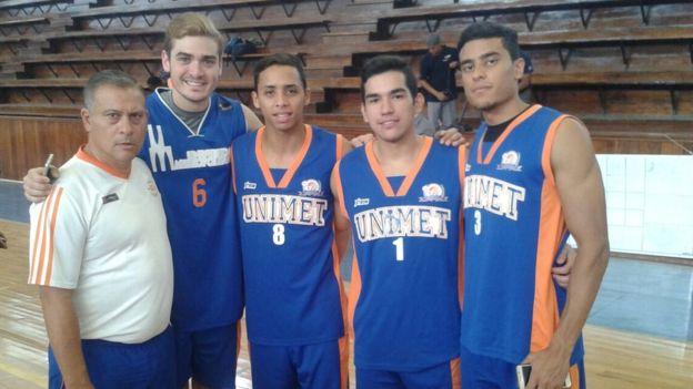 El talento de Juan Pablo (primero a la derecha) lo llevó a obtener una beca para jugar básquetbol y estudiar en la Unimet. CORTESÍA DE ANDRÉS TOTH