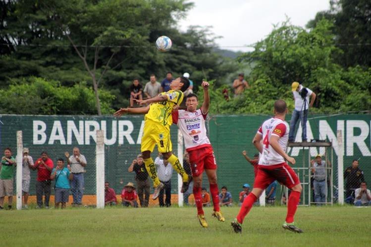 Kenwi Velásquez de Marquense y José Gracias de Mictlán pelean por el balón durante el juego. (Foto Prensa Libre: Hugo Oliva)