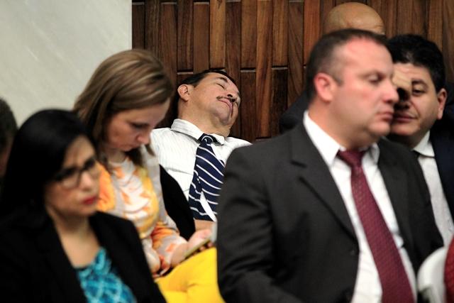 Una  Siesta toma un abogado durante la jornada de ayer en la Sala de Vistas de la CSJ. (Foto Prensa Libre: Edwin Bercián)