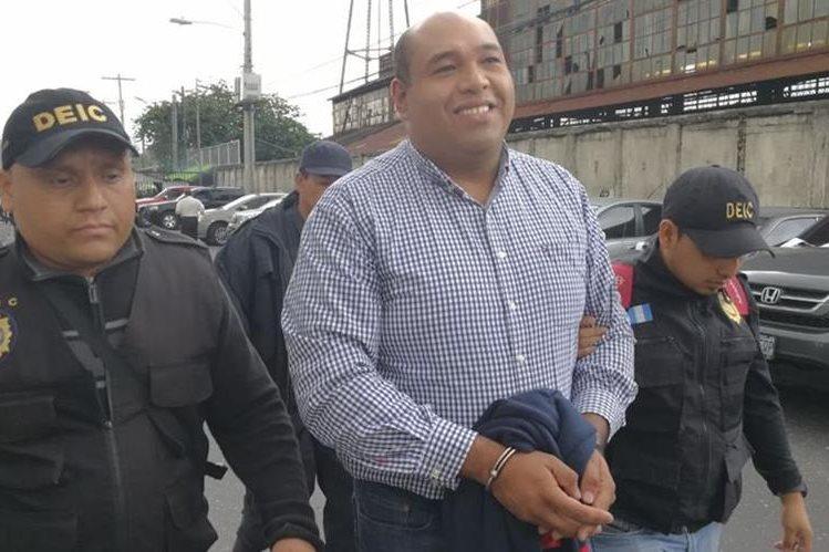 Abogado Benjamín Estrada llega a Torre de Tribunales para conocer los motivos de su detención. (Foto Prensa Libre: Paulo Raquec)
