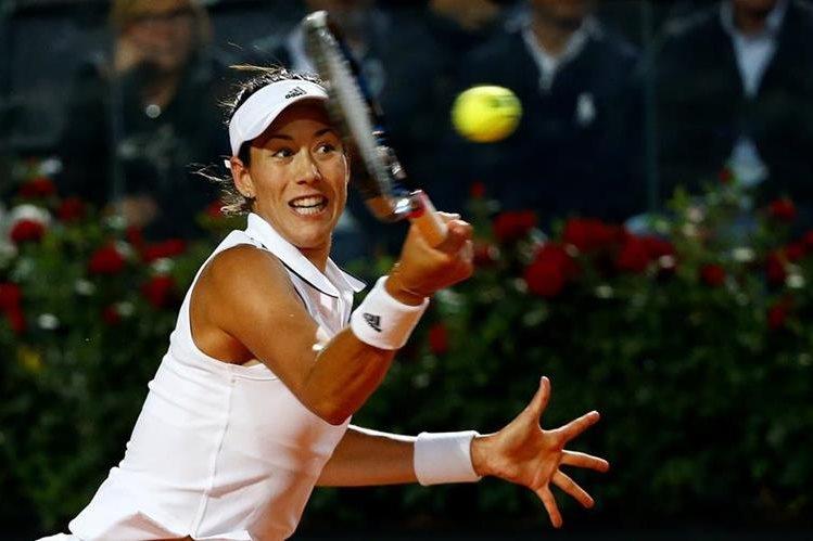 La española Garbine Muguruza devuelve un servicio de la estadounidense Venus Williams a quien eliminó en los cuartos de final. (Foto Prensa Libre: Reuters)