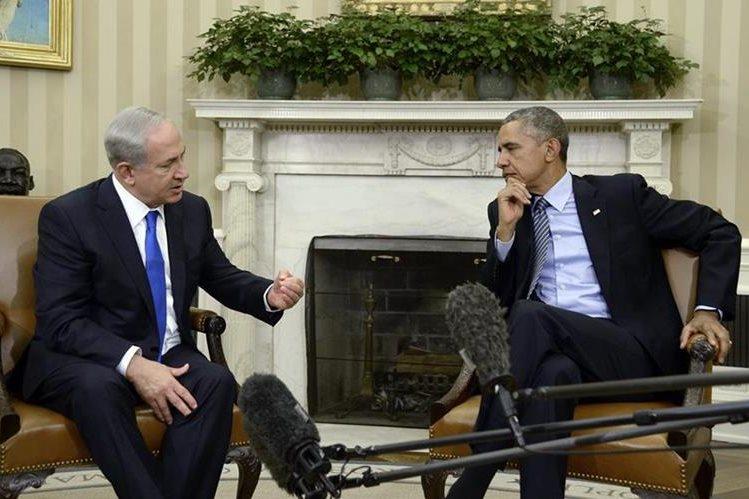 El primer ministro israelí, Benjamin Netanyahu (izq), conversa con el presidente estadounidense Barack Obama, (der), durante la reunión en la Casa Blanca. (Foto Prensa Libre: EFE).