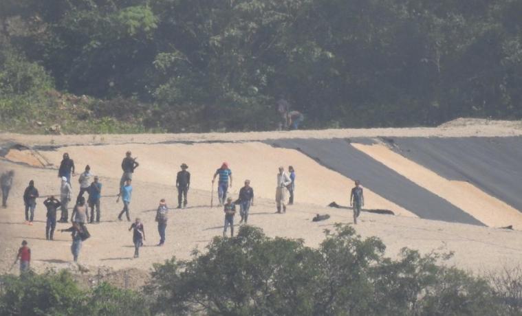 Algunas de las personas que han causado daños en el proyecto hidroeléctrico en Ixquisis. (Foto Prensa Libre: Cortesía).