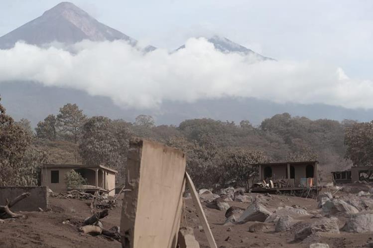 Diputados señalaron de negligencia a las autoridades del Insivumeh y la Conred por la tragedia ocasionada por al erupción del Volcán de Fuego. (Foto Prensa Libre: Estuardo Paredes)