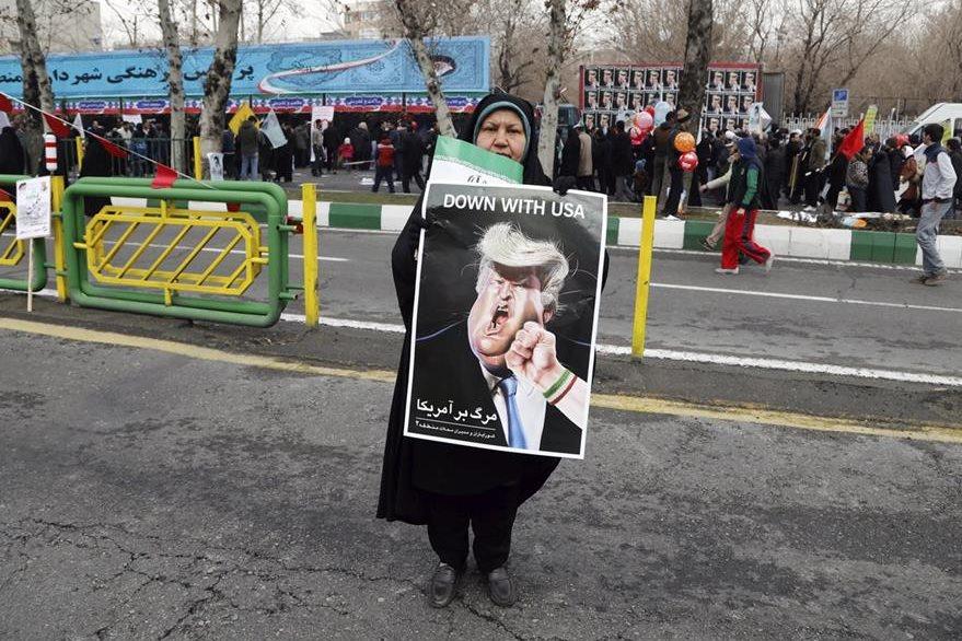 Una iraní muestra un cartel contra Donald Trump en Teherán, Irán. (EFE)