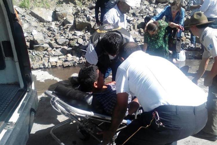 Socorristas atienden a dos de los pasajeros heridos en San Antonio La Paz, El Progreso. (Foto Prensa Libre: Héctor Contreras).