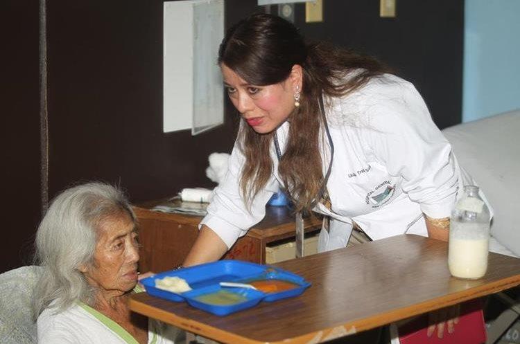 Emilia Sujuy, como dice que se llama, está abandonada en el Hospital General San Juan de Dios desde hace cuatro meses. (Foto Prensa Libre: César Pérez Marroquín)