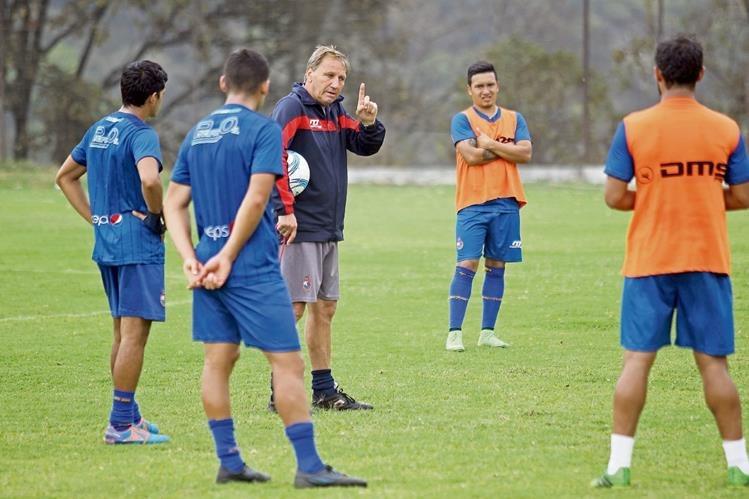 Enzo Trossero busca que su equipo mantenga la regularidad en el campeonato. (Foto Prensa Libre: Allan Martínez)
