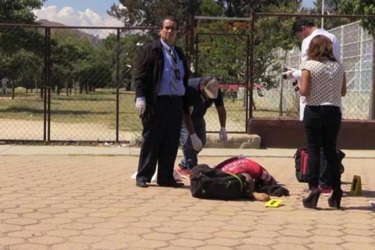 El cuerpo del entrenador quedó tendido cerca de las canchas de Baloncesto. (Foto Prensa Libre: noticias.net.mx)