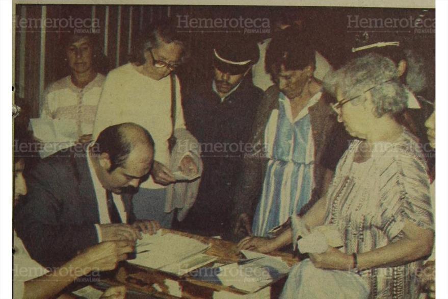 28/07/1989 Los jubilados del Estado  acudieron al Parque de La Industria para poder recoger su cheque. (Foto: Hemeroteca PL).
