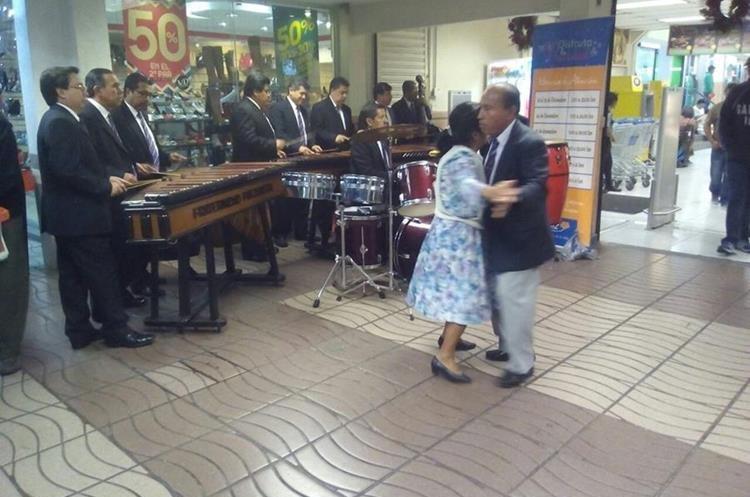 Se conocieron hace 45 años y desde entonces el amor y el gusto por la marimba los ha mantenido juntos.(Prensa Libre:cortesía)