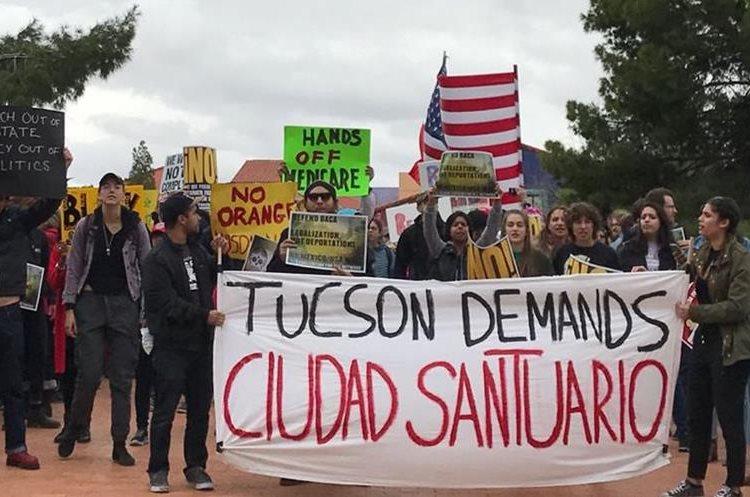 """Grupo de manifestantes en Tucson apoyan  las grandes """"ciudades santuarios"""".(EFE)"""
