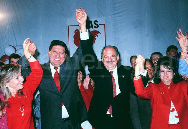 El binomio presidencial del MAS conformado por Jorge Serrano y Gustavo Espina celebran el triunfo en la elección presidencial de 1990. (Foto: Hemeroteca PL)