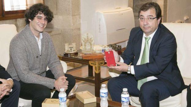 El presidente de la Junta de Extremadura, Guillermo Fernández Vara, en noviembre de 2015 con Unai Nieto (izquierda). (JUNTA DE EXTREMADURA)