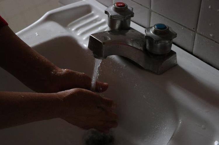 Un minuto con el chorro del lavamanos abierto puede representar un gasto de entre 7 y 9 litros. (Foto Prensa Libre: María José Longo)