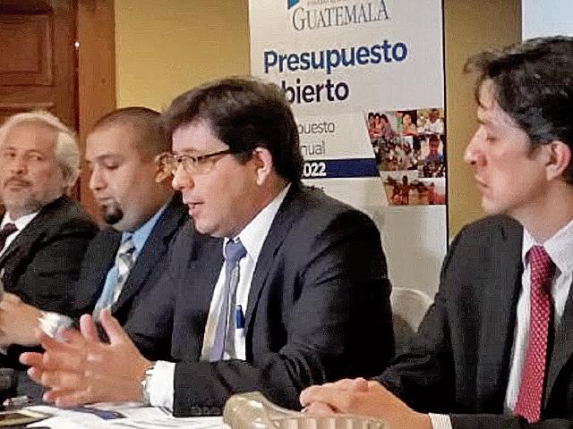 Julio Héctor Estrada, ministro de Finanzas, expuso que gran parte de la mejora de la producción nacional se explicará por una mayor inversión pública, sobre todo en infraestructura. (Foto Prensa Libre: Hemeroteca)