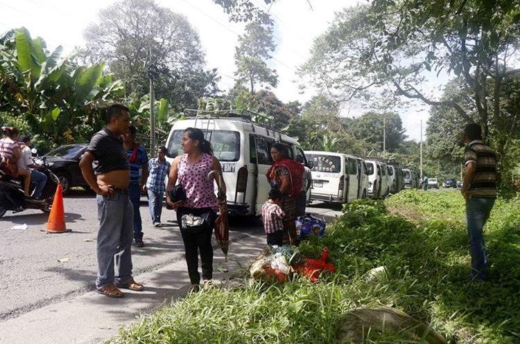 Miles de personas tienen dificultades para llegar a sus destinos debido a los daños en el km 18 de la ruta de Retalhuleu a Quetzaltenango. (Foto Prensa Libre: Rolando Miranda)