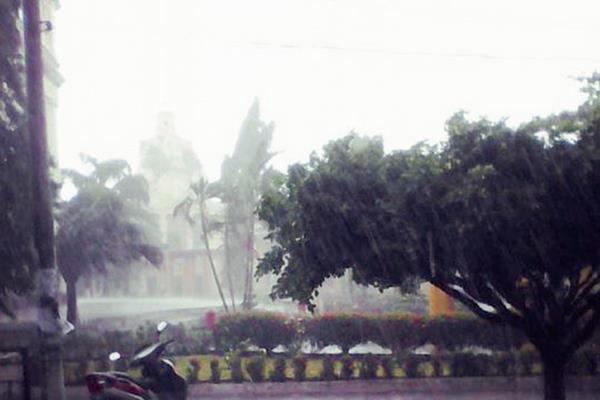 Los fuertes  vientos en varios departamentos del país han botado postes y árboles y han dejado sin electricidad a los vecinos. (Foto Prensa Libre: usuario de Instagram neftonesgt)
