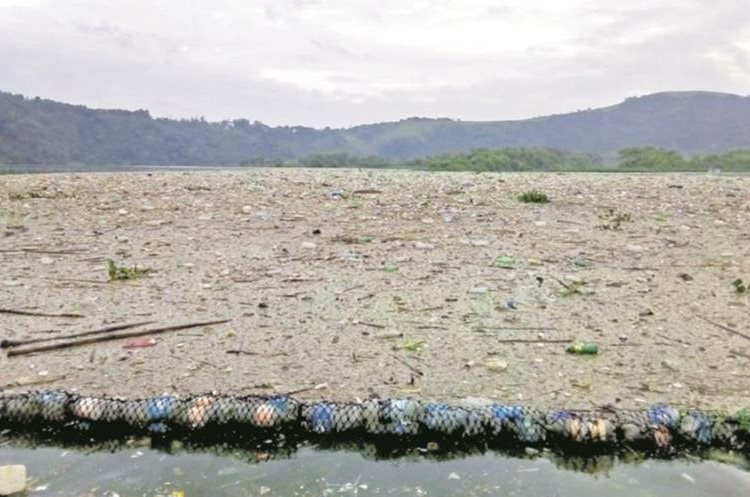 Unos cinco mil metros cúbicos de basura han llegado en los últimos días al Lago de Amatitlán. (Foto Prensa Libre: Amsa)