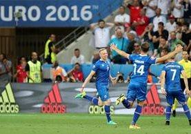 Los jugadores de Islandai celebran el gol anotado por Kolbeinn Sigthorsson en el triunfo frente a Inglaterra. (Foto Prensa Libre: AP)