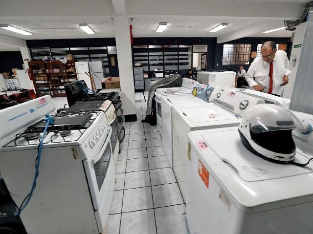 Lote de electrodomésticos que ha recibido la sede central del Monte de Piedad del CHN en los últimos días por parte de los clientes que buscan efectivo. (Foto Prensa Libre: Erick Ávila)