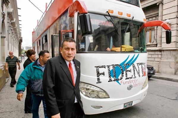 Roberto Villate, diputado y secretario general de Líder, baja del bus de Fidenti.