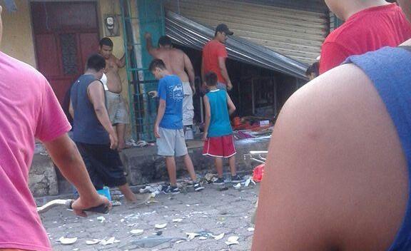 Uno de los negocios saqueados en El Estor. (Foto Prensa Libre: PNC).