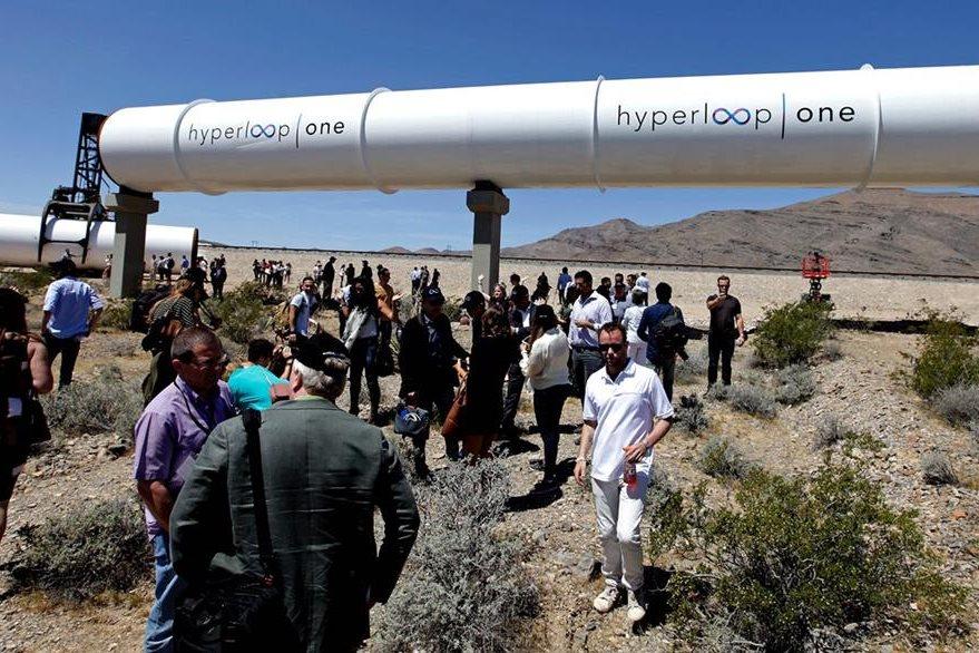 El público observa un tubo de Hyperloop durante la primera prueba de este sistema de transporte, en Las Vegas, Nevada, EE. UU. (Foto Prensa Libre: AFP).