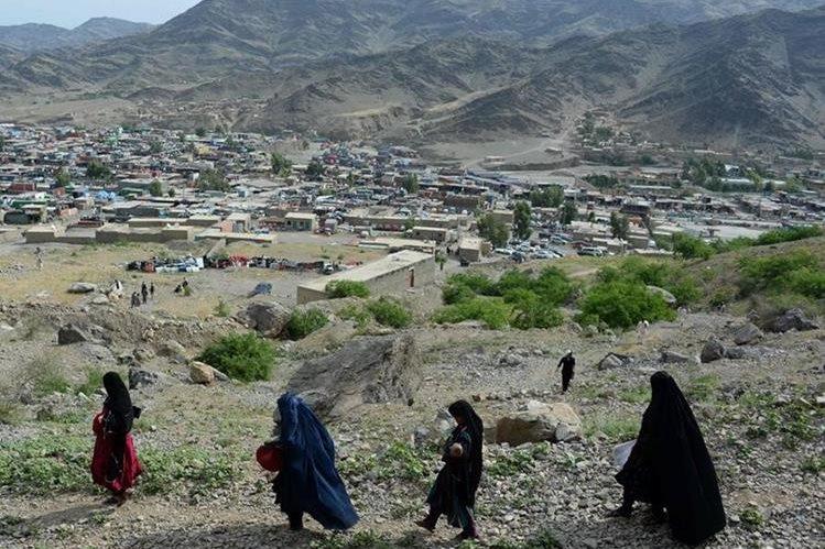 Niñas caminan en una región de Afganistán. La comunidad internacional ha puesto énfasis en impulsar la educación femenina. (Foto Prensa Libre: AFP).