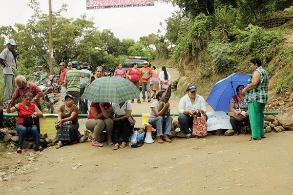 Vecinos de Santa Cruz El Chol, Baja Verapaz, bloquean carretera con el propósito de exigir que comuna concluya obra. (Foto Prensa Libre: Carlos Grave)