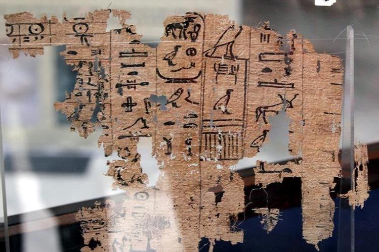 Los papiros datan de unos cuatro mil 500 años y detallan la vida diaria de los constructores de las pirámides egipcias. (Foto Prensa Libre: EFE).