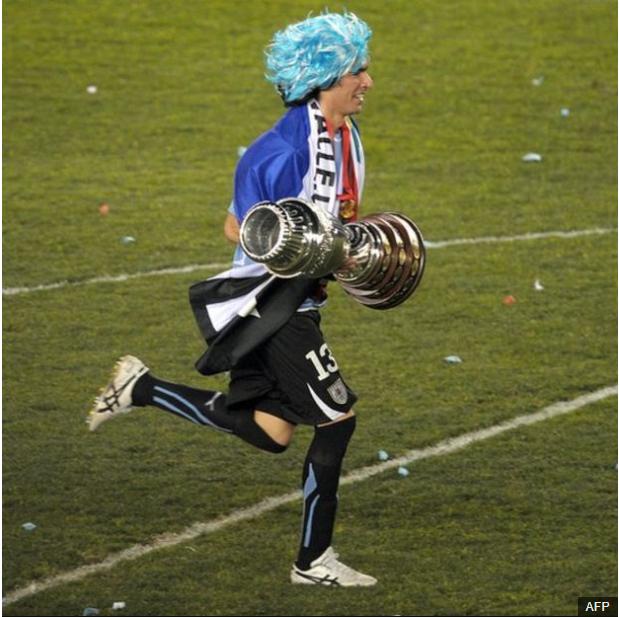 Con la Copa América en sus manos tras el título logrado en Argentina en 2011. (Foto Prensa Libre: BBC Mundo)