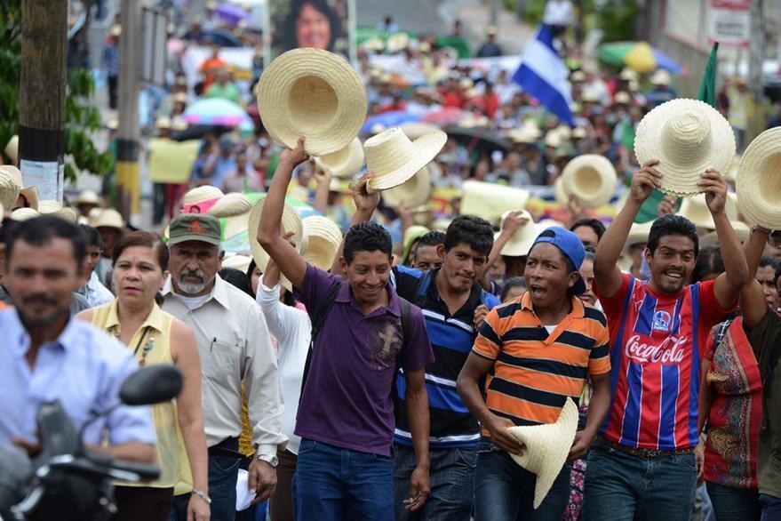 Una manifestación exige esclarecer el crimen de la activista indígena. (Foto Prensa Libre: AFP).