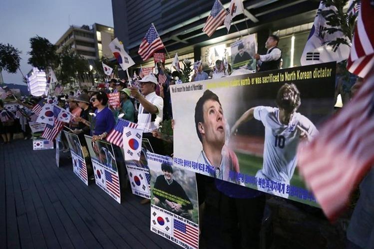 Surcoreanos se manifiestan en Seúl contra el supuesto maltrato de estudiante estadounidense en Corea del Norte. (Foto Prensa Libre: AP)