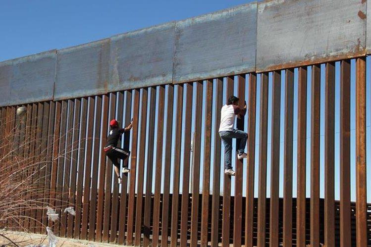 Dos niños observan en el muro que divide la frontera entre México y los EE. UU. del lado de Ciudad Juárez, México.(Foto Prensa Libre: AFP).