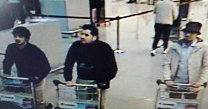 """En esta imagen, """"el terrorista del sombrero"""", aún está en el aeropuerto. (Foto: agencias)."""