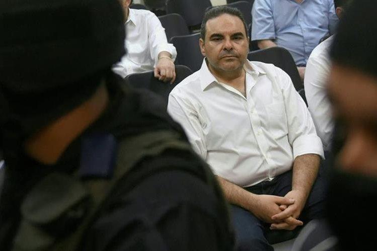 El expresidente Antonio Saca observa durante una audiencia el martes último. (Foto Prensa Libre: AFP).