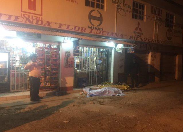 Los dos cadáveres quedaron tendidos frente a la tienda Flor Luciana. (Foto Prensa Libre: CVB)