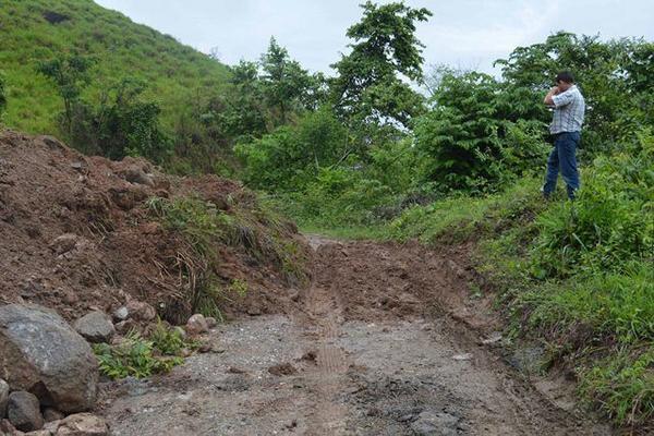 <p>Deslaves y hundimientos afectan unos 10 km de camino hacia tres comunidades de Los Amates. (Foto Prensa Libre: Edwin Perdomo) <br></p>